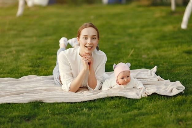 Passer du temps en famille dans un jardin d'été