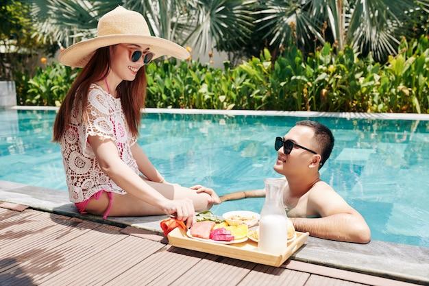 Passer la journée d'été dans la piscine