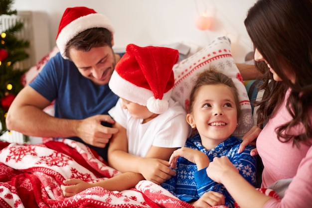 Passer le matin de noël en famille dans le lit
