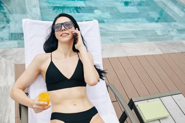 Passer des vacances d'été au bord de la piscine