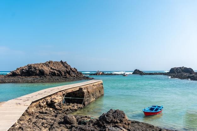 Passerelle en bois el puertito sur l'isla de lobos, à côté de la côte nord de l'île de fuerteventura, îles canaries. espagne