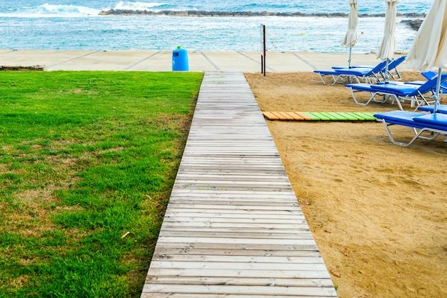 Passerelle en bois sur la route de la planche à la plage