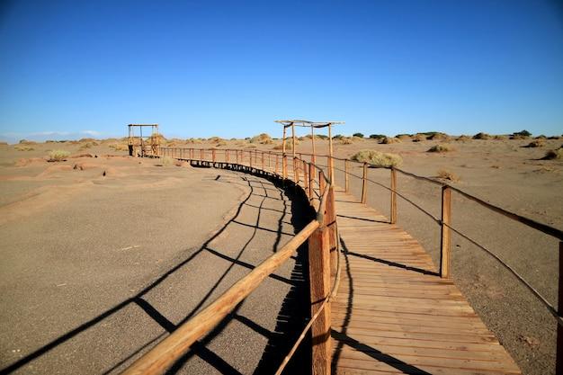 Passerelle en bois sur le site archéologique de tulor
