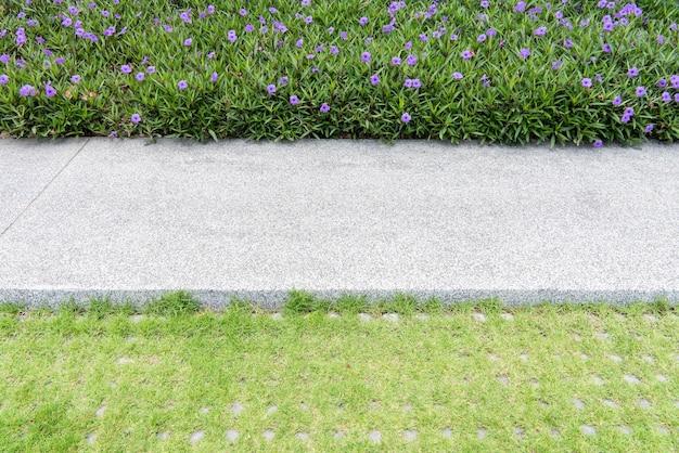Passerelle dans le jardin, beau parc avec parterre de fleurs et chemin de gravier