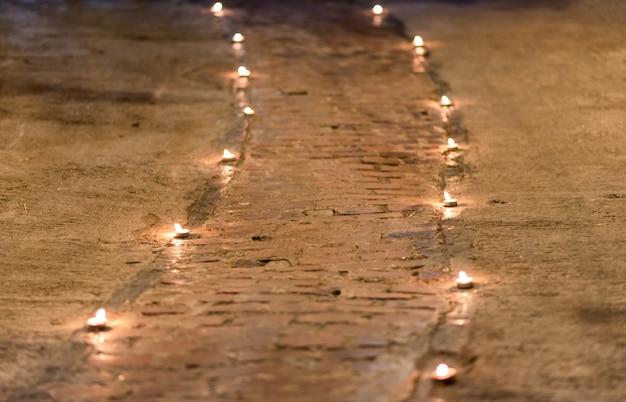 La passerelle est décorée de petites bougies sur le sol.