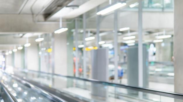 Passerelle floue dans le terminal de l'aéroport