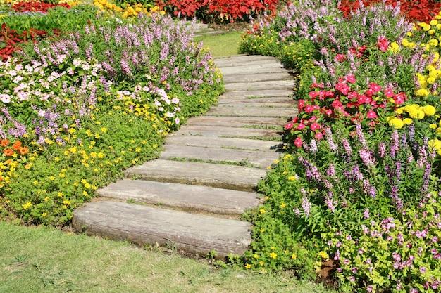Passerelle en pierre dans un jardin de fleurs