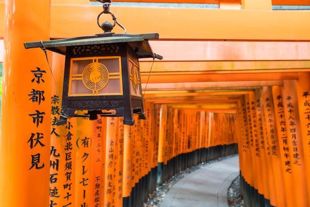 La passerelle rouge des portes des torii au sanctuaire fushimi inari taisha à kyoto.