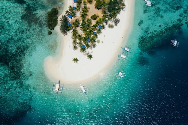 Passez l'île aux philippines, dans la province de coron. vue aérienne d'un drone sur les vacances, les voyages et les endroits tropicaux
