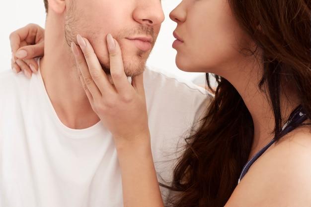 Passion entre couple hétérosexuel au lit