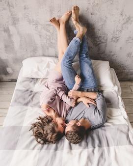 Passionné beau couple dans la chambre en appréciant les préliminaires