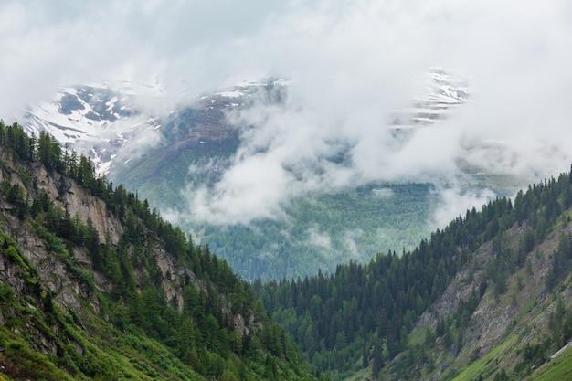 Passo del san gottardo ou st. gotthard pass paysage d'été brumeux (suisse). climat pluvieux