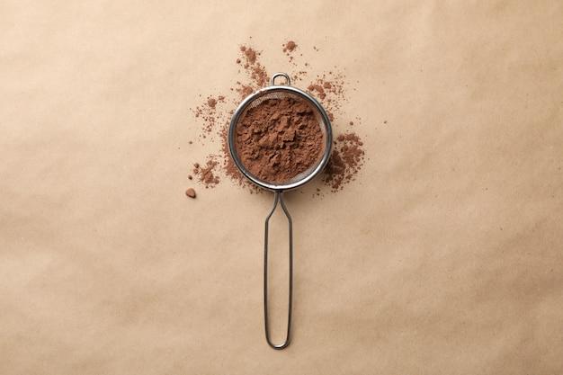 Passoire à poudre de cacao sur carton, vue de dessus