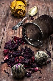 Passoire à thé et feuilles de thé