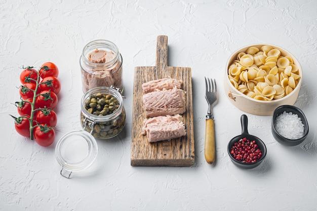 Pasta almentica aux ingrédients de fruits de mer sur blanc