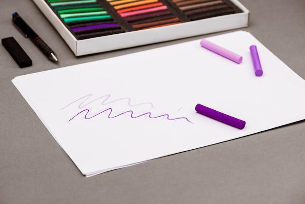 Pastel coloré, stylo, papier sur tableau gris