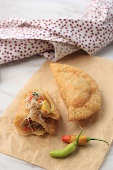 Le pastel frit ou le pastel goreng sont une sorte de pâtisserie populaire en indonésie, fabriquée en plaçant une carotte et une pomme de terre sur la pâte, puis pliée et bien fermée, farcie de vermicelles