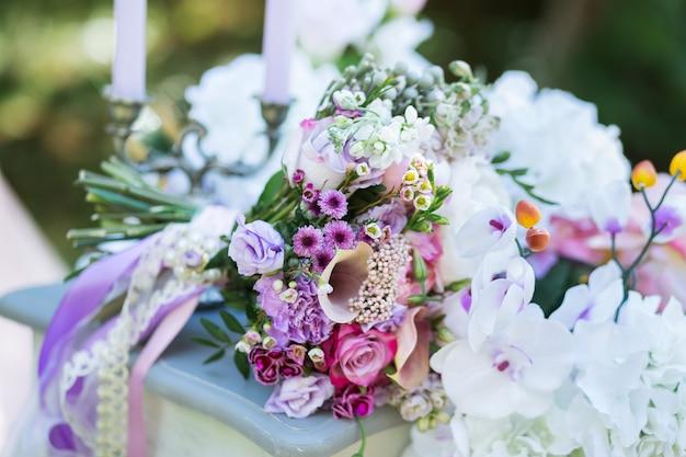 Pastel de mariée coloré beau bouquet de fleurs différentes. bouquet de mariage d'été ou de printemps