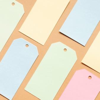 Pastel tags sur une feuille de carton neutre