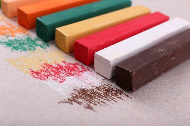 Pastels à la craie colorés sur papier de couleur