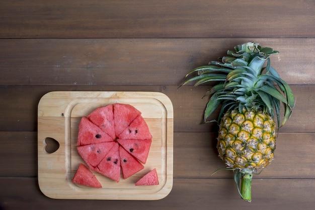 Pastèque et ananas sur plancher de bois