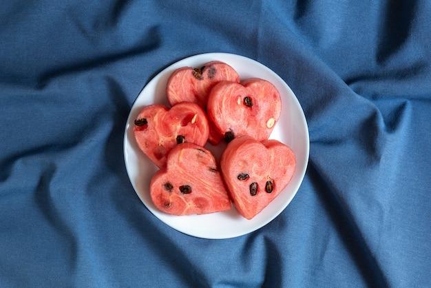 Pastèque coeurs sur une assiette