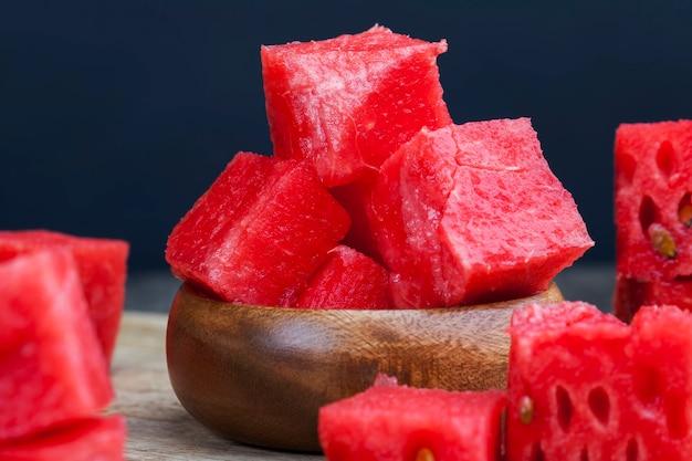 Pastèque mûre rouge coupée en tranches, pastèque juteuse rouge mûre est coupée en un grand nombre de morceaux