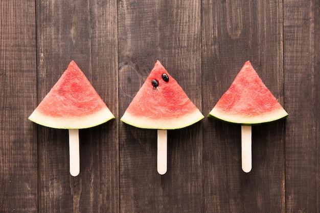 Pastèque en tranches de crème glacée aux fruits sur fond de bois