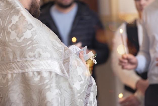 Pasteur tenant une bible prête à prêcher à l'église. concept chrétien, prédicateur et culte du dimanche.