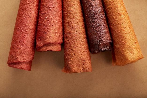Pastilles aux fruits savoureux de différentes couleurs avec des baies juteuses