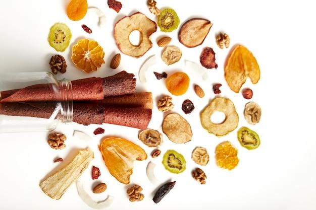 Pastilles aux fruits soigneusement empilés de différentes couleurs et noix