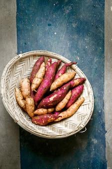 Patate douce colorée au tamis