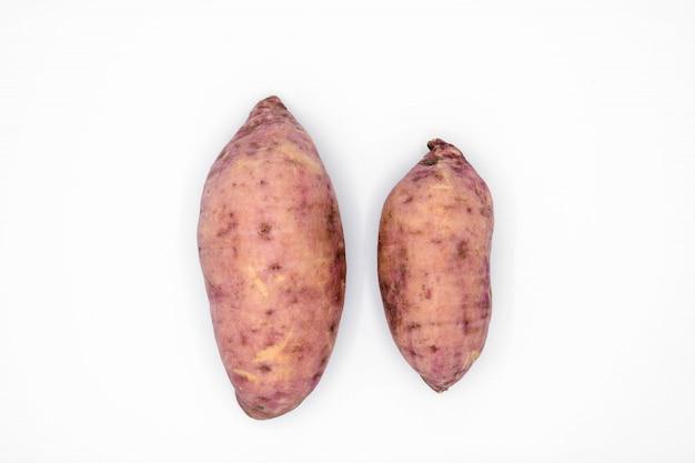 Patate douce isolée sur fond blanc