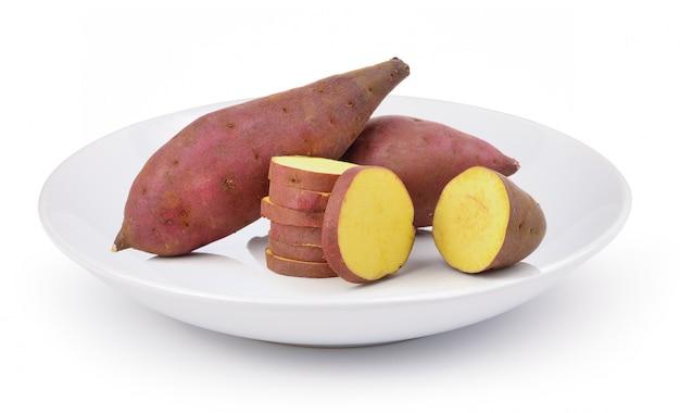 Patate douce en plaque blanche sur fond blanc