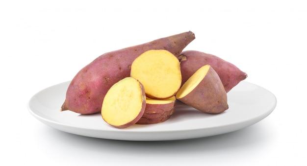 Patate douce en plaque isolé sur une surface blanche