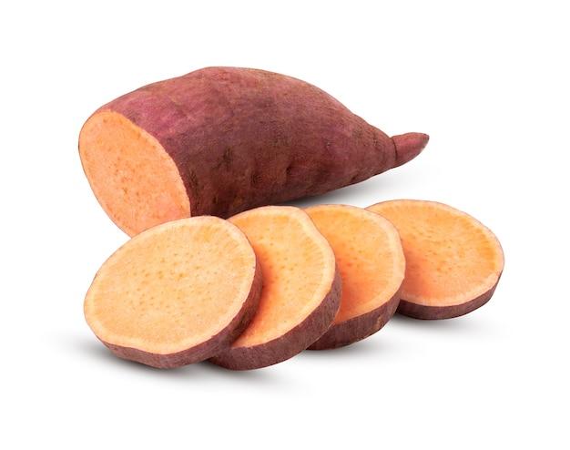 Patate douce avec des tranches isolés sur fond blanc. avec un tracé de détourage