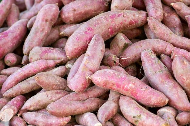 Patate douce violette crue.