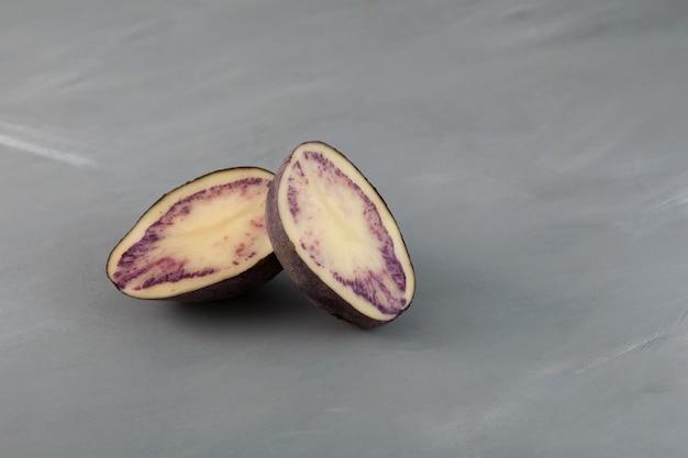 Patate douce violette sur fond gris avec espace de copie ingrédient pour boissons saines coréennes