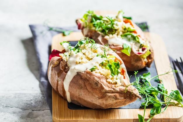 Patates douces au four farcies de quinoa, de légumes et de tahini