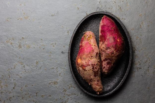 Patates douces crues péruviennes sur une assiette