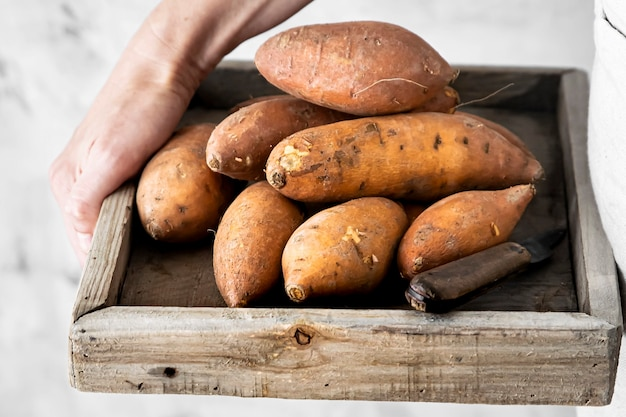 Patates douces dans une boîte en bois