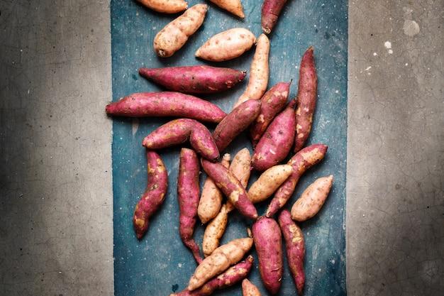 Patates douces éparpillées, gros plan