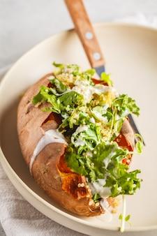 Patates douces farcies au quinoa avec chou frisé et avocat.