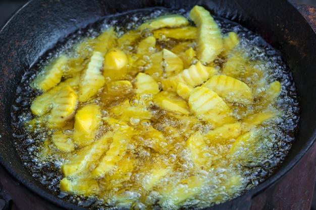 Patates frites. pomme de terre rôtie et poêlée.