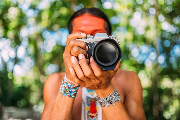 Pataxo indien du sud de bahia tenant un appareil photo