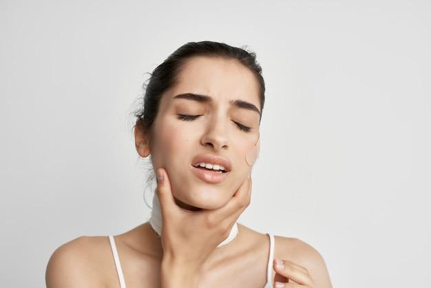 Patch brune sur le fond isolé de la dépression de la douleur du visage. photo de haute qualité