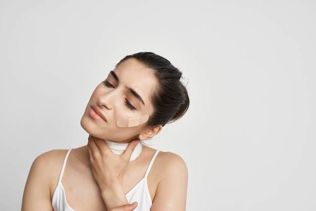 Patch de femme sur le fond clair de dépression de douleur de visage. photo de haute qualité