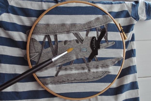 Patchwork craft de maintien d'avions mains et t-shirt peint pour un enfant