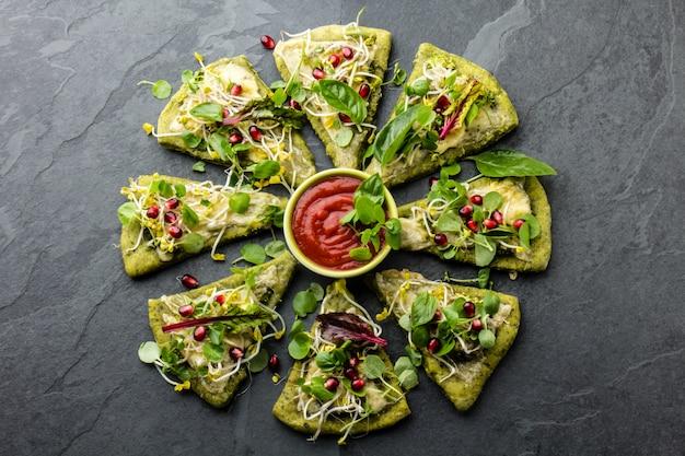 Pâte aux épinards verts, pizza aux légumes et au fromage