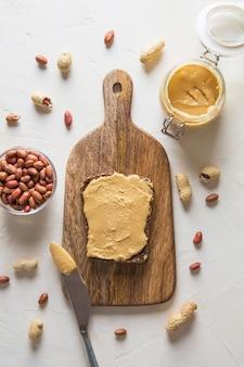 Pâte de cacahuètes sur pain brun complet. alimentation saine. vue d'en-haut.